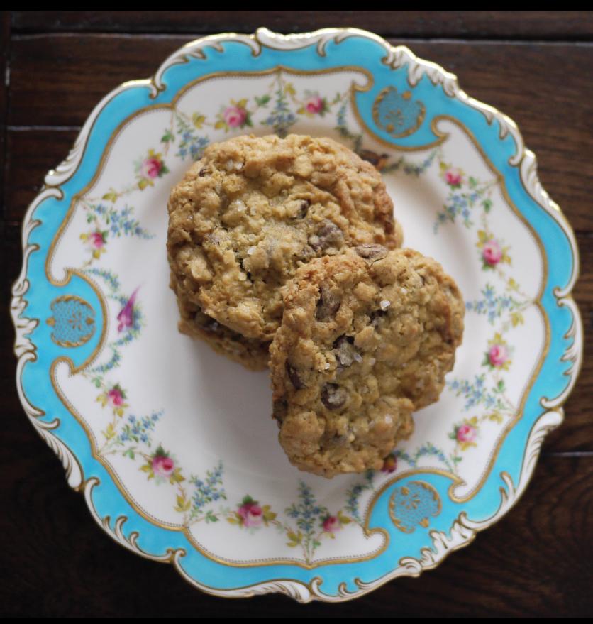 crispy-cookies-on-a-vintage-plate
